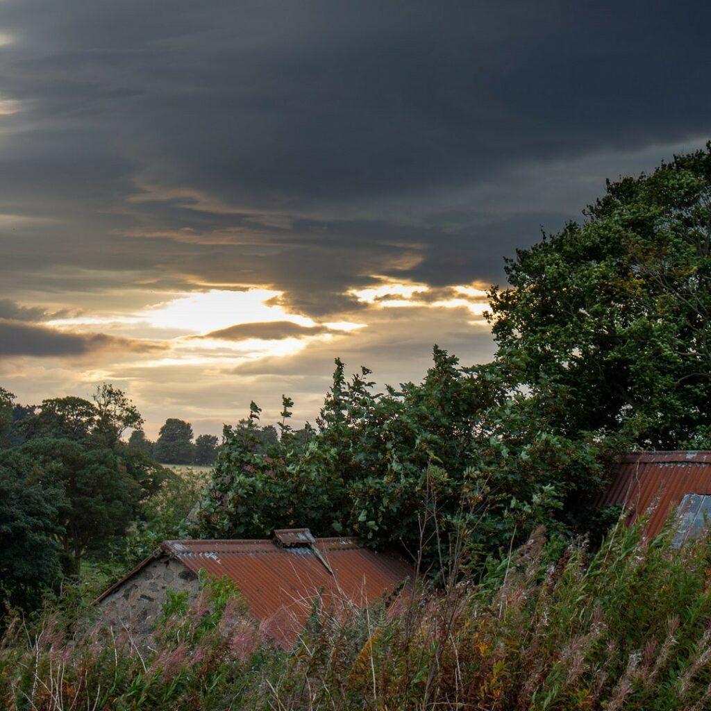 Sunset.⠀⠀⠀⠀⠀⠀⠀⠀⠀ .⠀⠀⠀⠀⠀⠀⠀⠀⠀ #sunset #aberdeenshire #bestofourshire #loveaberdeenshire #visitabdn #scotlandscenery #yourscotland #scotlandgreatshots #aberdeenblogger #Tifty #Fyvie #Corrugatedroof #rust #blackclouds